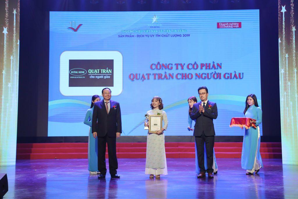 quat-tran-royal-nhan-giai-thuong-hieu-tin-dung-2019